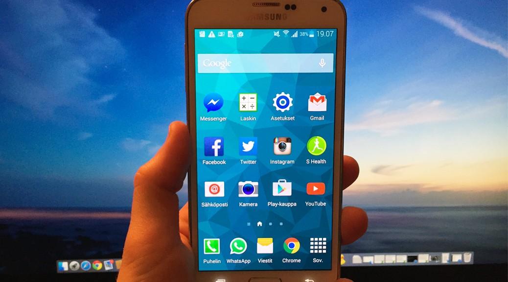 Galaxy S5 kädessä